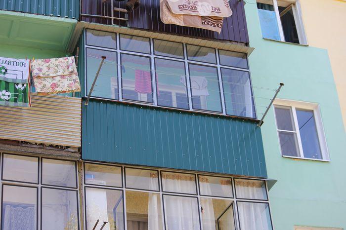 Балконное остекление из металлического профиля с выносом..